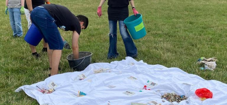 Kinder der Eugen-Neter-Schule Mannheim beim Müll aufsammeln